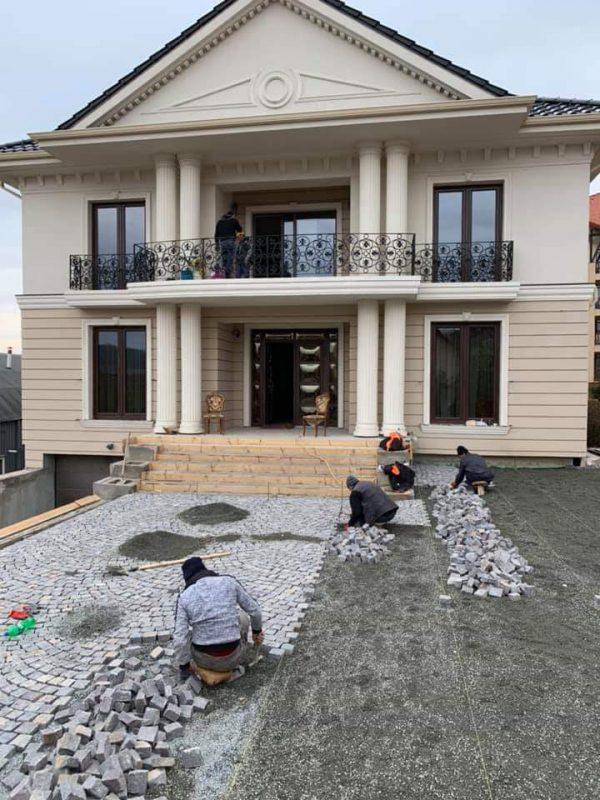Rocas Decor ofera montaj de piatra cubica.Servicii profesionale montaj piatra cubica. Cumpara acum piatra naturala de calitate.