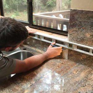 montaj blaturi de bucatarie cuart si granit
